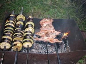 Баклажаны с маслом и чесноком на шампурах в мангале