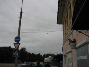 Улица Ростовская, мы вышли из кафе, если Вы откроете фото в полном размере, то увидите под проводами летящую лошадку